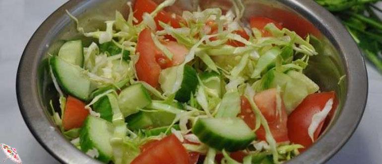 Vitaminnyj salat iz kapusty, pomidorov i ogurcov