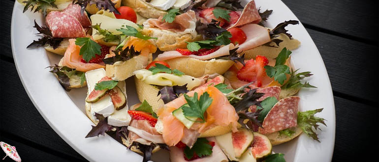 Канапе с семгой и салатом