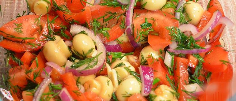 Salat iz marinovannyh gribov i ovoshchej
