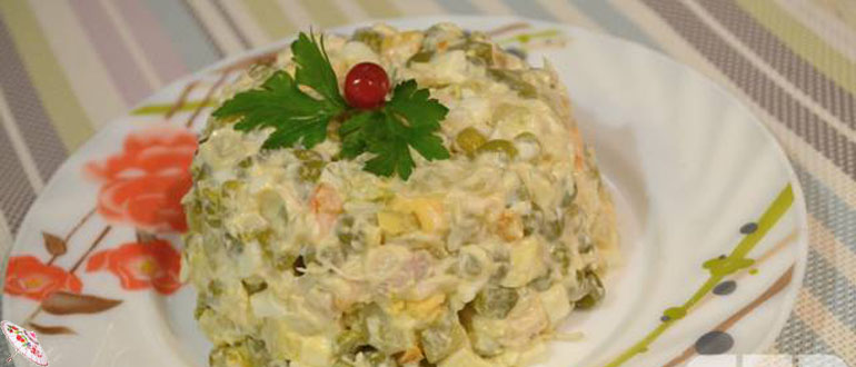 Salat s kuricej i zelenym goroshkom