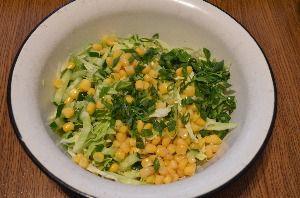 Ингредиенты для приготовления салата из капусты с кукурузой и огурцом