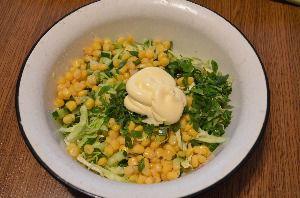 Рецепт приготовления салата из свежей капусты с кукурузой и огурцом