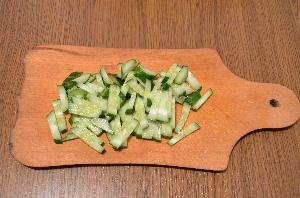 Салат из свежей капусты с кукурузой и огурцом