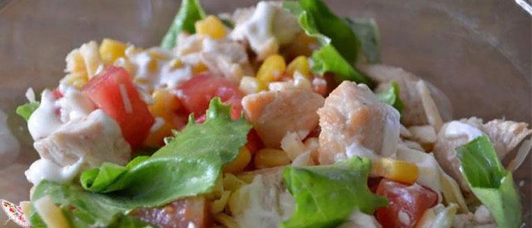 Salat s kurinoj grudkoj, pomidorami i syrom