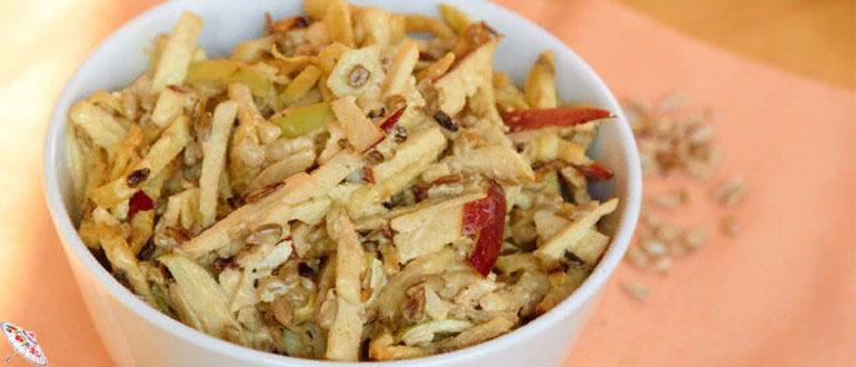 Salat s kuricej, yablokami i orekhami