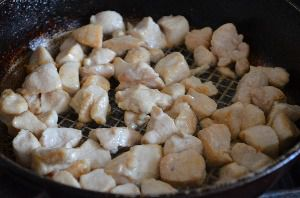 Слегка обжарить куриную грудку