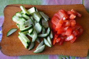 Нарезать огурцы и помидоры