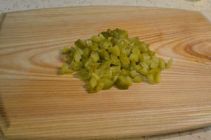 приготовление салата с курицей и зеленым горошком