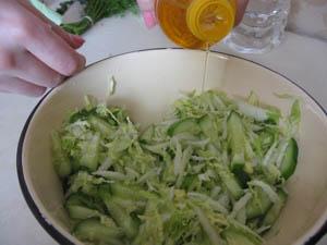 приготовление салата из огурца и капусты