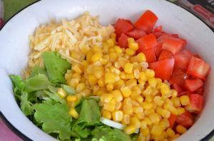 приготовление салата с куриной грудкой помидорами и сыром