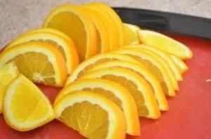 приготовление имбирного чая с апельсином