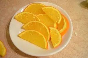 приготовление глинтвейна с апельсином