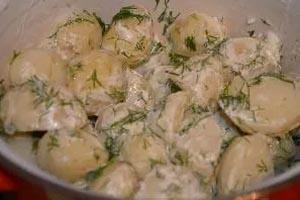 как приготовить вареную молодую картошку со сметаной и зеленью
