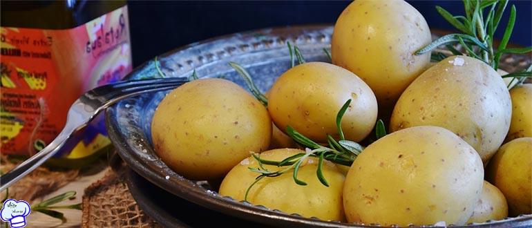 Вареная молодая картошка со сметаной и зеленью
