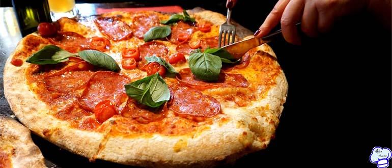 Пицца с фаршем и колбасой