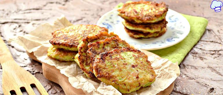 Кабачковые оладьи с сыром, помидорами и колбасой