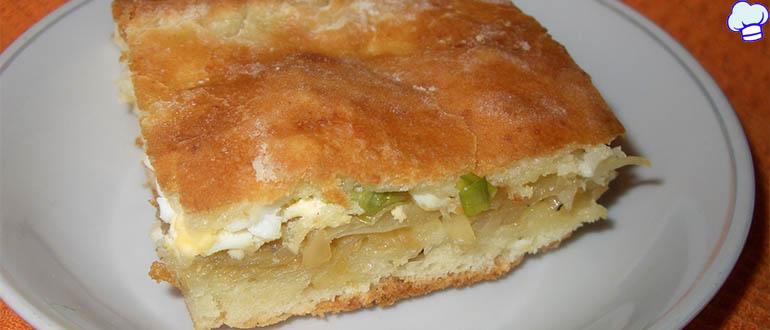 Капустно-мясной пирог на творожной подушке