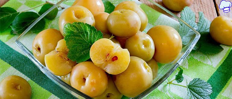 Моченые яблоки на смородиновых листьях